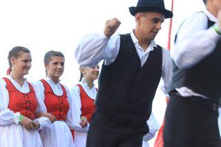 Hungarian-folk-dancers (2)